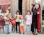 Du khách thích thú với sự thân thiện của trẻ em trong thôn. Ảnh: N.T