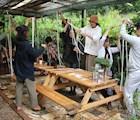 Một số workshop làm đồ thủ công cũng thu hút các tình nguyện viên tham gia một cách hào hứng