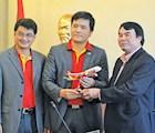 Đại diện VietJet Air trao tặng lãnh đạo tỉnh Lâm Đồng mô hình máy bay VietJet . Ảnh: D.Q