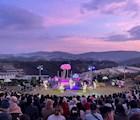 Sân khấu đặc biệt là khung cảnh Đà Lạt làm phông nền tại homestay Mây lang thang