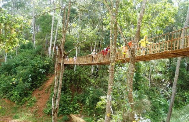 Du khách đi qua cầu treo trong Làng Cù Lần