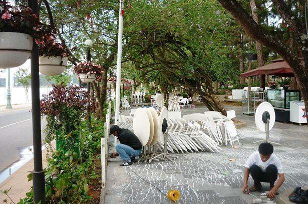 Hàng quán trong công viên Xuân Hương được giải tỏa