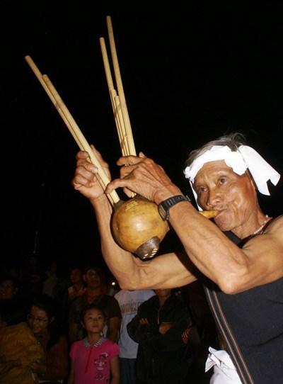 Nghệ nhân Ya Ba (dân tộc Churu) biểu diễn kèn bầu