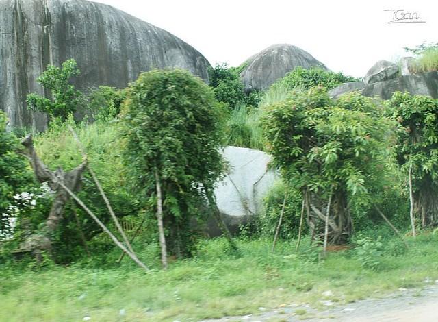 Đá Ba Chồng (ngay trên quốc lộ 20, thuộc huyện Định Quán, Đồng Nai)