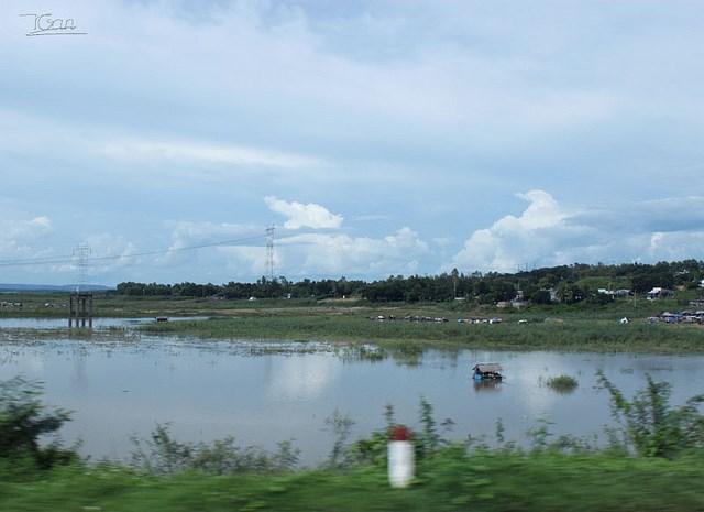 Sông La Ngà - nơi nhiều cư dân sống và nuôi cá bè ngay trên các bè cá ven sông