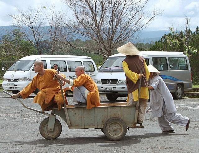 Vô tình chụp được tấm ảnh vui về các sư khi xe đang tìm chỗ đậu dưới chân đồi.