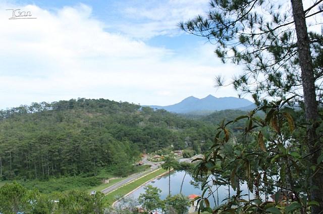 Mỗi cảnh này nhìn rộng rãi. Xa xa là núi Lang Biang.