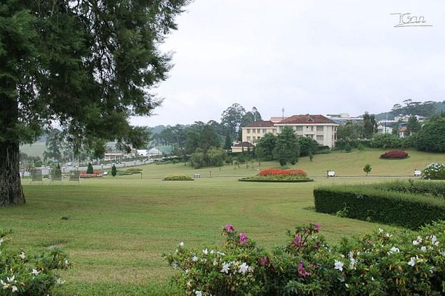 Khách sạn Sofitel Dalat Palace lại có khuôn viên trên đồi cao khá rộng và lãng mạn...