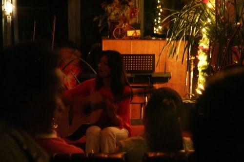 Tiếng hát của bà chủ quán là điểm đặc biệt nhất khi du khách đến với Cung tơ chiều