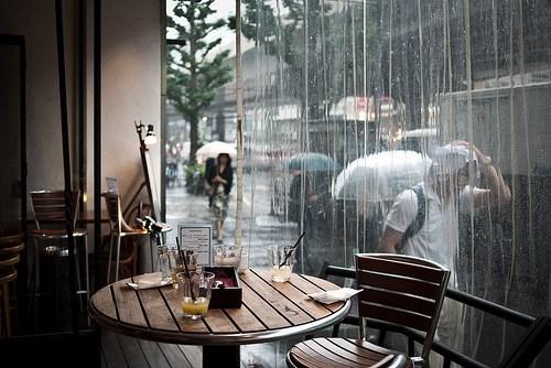 Nhâm nhi cốc cà phê ngắm cảnh mưa rơi