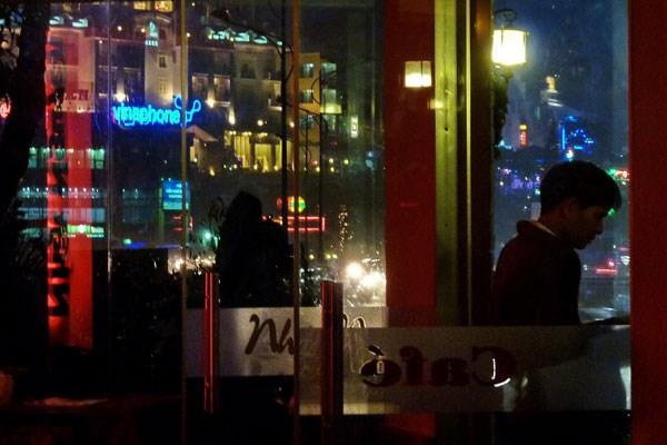 Từ quán cà phê Nhật Nguyên nhìn ra, bóng đêm và mưa bên ngoài trang điểm cho Đà Lạt đẹp hơn thật.