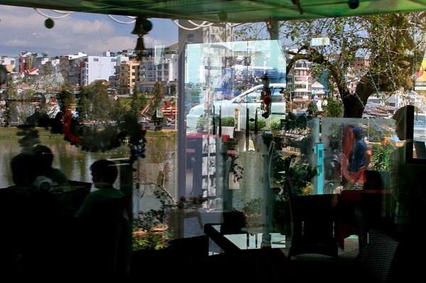 Đà Lạt thật và ảo phản chiếu ngược xuôi qua nhiều tấm kính trong và ngoài ở quán cà phê Hà Linh.