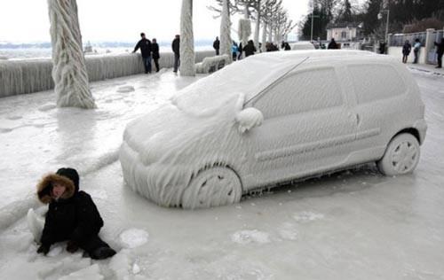 Tuyết trắng phủ khắp cảnh vật và con người Thụy Sĩ.