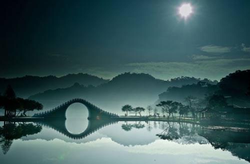 Cầu in hình con cá ngựa trên mặt nước dưới ánh trăng ở công viên Dahu, Đài Bắc, Trung Quốc