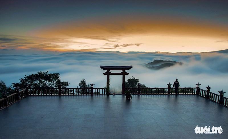 Chùa Linh Quy Pháp Ấn với cổng gỗ được xem là 'cổng trời' của vùng Bảo Lộc, Bảo Lâm.