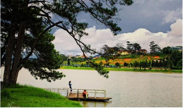 Ngôi trường nằm sát bên bờ hồ Xuân Hương thơ mộng.