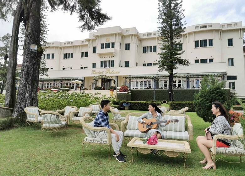 Trong khuôn viên khách sạn Palace