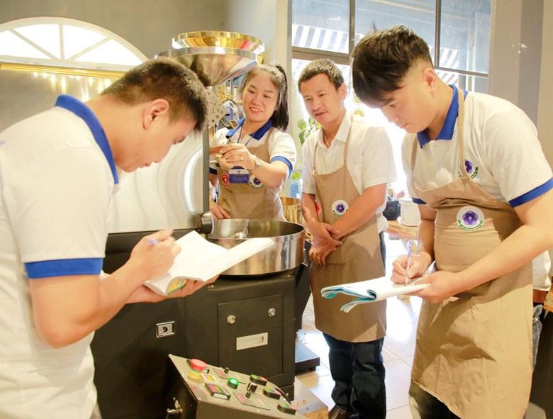 Thi kỹ năng nghề rang xay cà phê ở Cà phê Tỏi Đen (Ảnh chụp trước ngày 27/4)
