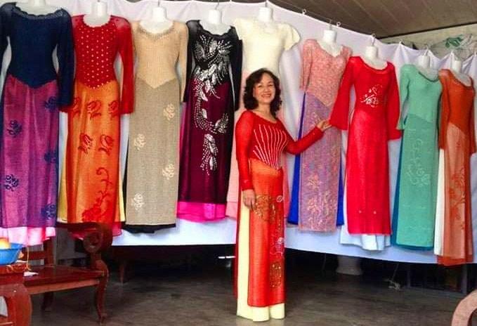 Chị Võ Thị Sơn với các sản phẩm áo dài móc thủ công được trưng bày tại nhà. Ảnh: A.Nhiên