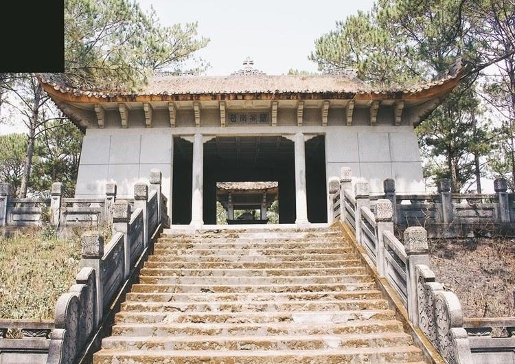 Khu lăng mộ vẫn sừng sững theo thời gian - Ảnh: JB Hải Nguyễn