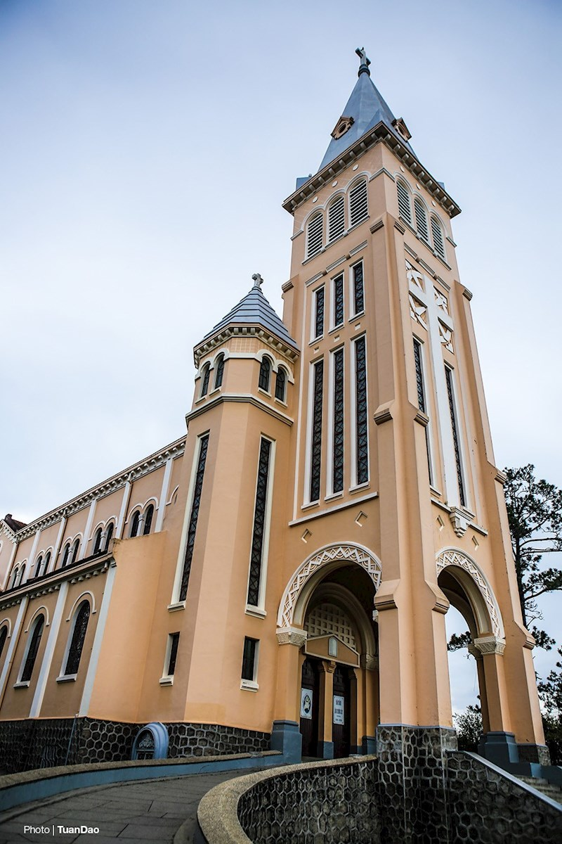 Nhà thờ còn có tên gọi khác là Con Gà (vì trên đỉnh tháp chuông có hình con gà lớn)