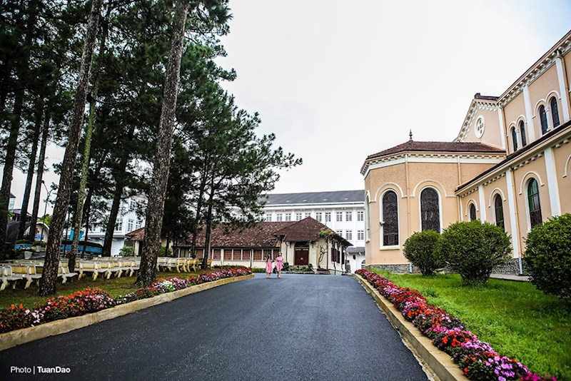 Nhà thờ mang đậm phong cách kiến trúc Roma, được thiết kế theo kiểu mẫu của các nhà thờ Công giáo