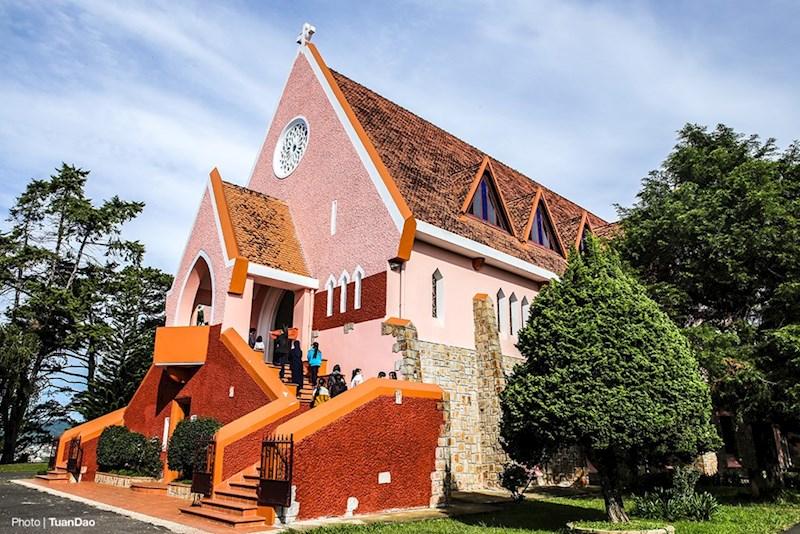 Kiến trúc nhà thờ có nhiều điểm cách tân so với các nhà thờ cổ điển phương Tây